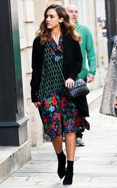 InStyle-Coverstar Jessica Alba in einem Kleid von Kenzo x H&Mwährend der Fashion Week in Paris.