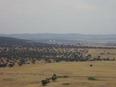 Vistas sobre el Campo Arañuelo. Se observan las cúpulas de los dos reactores de la Central Nuclear de Almaraz.