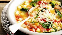 A hearty, low-calorie soup, this Easy minestrone recipe is a healthy dinner Best Soup Recipes, Great Recipes, Vegetarian Recipes, Dinner Recipes, Healthy Recipes, Healthy Soup, Eat Healthy, Fast Recipes, Thai Recipes