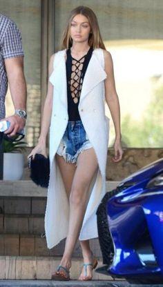 gigi hadid model modelka štýl style fashion móda outfit ootd blond dámska móda womenswear street style skirt sukňa top shirt jeans denim celebrity hoodie sweatshirt casual elegant athleisure