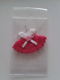 Precio S/.1.75 (Incluye ganchito colgador, embolsado y empaque) Medidas 6x4 cm Clothing and accessories exclusive handmade crochet technique for your baby with the highest Peruvian cotton. Made with love for your baby.
