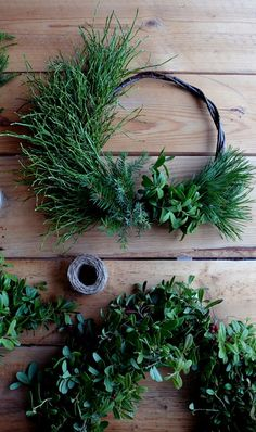 DOOR 7: CHRISTMAS WREATH FROM THE FOREST | NO HOME WITHOUT YOU | Bloglovin' Natural Christmas, Christmas Home, Christmas Crafts, Xmas Theme, Country Wreaths, Holiday Wreaths, Xmas Decorations, Hobbies And Crafts, Flower Arrangements