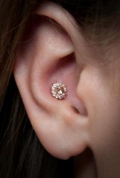 Inspirational conch piercing images from inner, outer, double or triple. Conch Piercing information on pain, healing time and conch jewelry. Conch Piercings, Ohrknorpel Piercing, Piercings Corps, Full Ear Piercings, Inner Ear Piercing, Outer Conch Piercing, Different Ear Piercings, Types Of Ear Piercings, Body Piercings