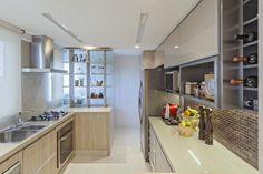 Os clientes buscavam um espaço integrado, criando uma sensação de amplitude através da integração da cozinha, varanda, sala e parte de um dos quartos, abrigando um pequeno home office ao lado da sala de jantar. Nesse sentido, o escritório Dubal Arquitetura e Design optou por acabamentos com cores claras, neutros, servindo de pano de fundo …