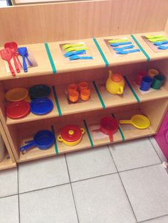 Opruimen in de huishoek eerste kleuterklas Toddler Classroom Decorations, Preschool Classroom, Beginning Of School, Primary School, Peach Rooms, Micro Creche, Role Play Areas, Classroom Layout, Dramatic Play Centers