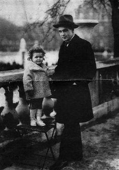 Emmanuel BOVE et sa fille Nora au jardin du Luxembourg à Paris, vers 1924 Quem ainda não leu, experimente Meus Amigos.