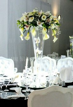 An elegant wedding...  Centerpiece with cala lillies and orchids... Masa ortasında gala ve orkidelerle hazırlanmış çiçek aranjmanı ile son derece zarif bir düğün dekoru