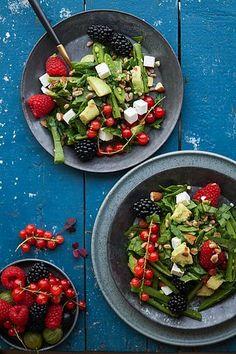 Speltsalat med avocado, mandler og masser af friske bær