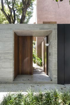 Image 27 of 36 from gallery of Pinheiros House / Felipe Hess Arquitetos. Photograph by Ruy Teixeira Modern Entrance, Entrance Design, Entrance Gates, House Entrance, Fence Design, Door Design, Facade Design, Design Art, House Front Design