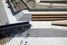 Surplombant le port de Marseille, lieu d'arrivée et de départ des hommes et des plantes, le jardin promenade du Fort Saint-Jean vient prolonger le Musée des Civilisations de l'Europe et de la Méditerrannée (MUCEM) et lier Marseille à son histoire. Les espaces du Fort forment le jardin des Migrations qui évoque, à travers une succession … Continuer la lecture de « Création d'un jardin promenade au fort Saint-Jean – Marseille »