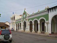 Townhall in Granada, Nicaragua – What people wear here in Granada depends on the person's upbringing. As an example, I do not recommend for my girl students to wear short shorts.