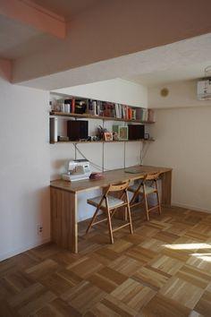 <p>リビングの一角に造り付けのデスク。棚は棚板を増やしたり、高さも変えれるタイプで便利そう。</p>