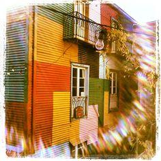 ¿Por qué las casas en La Boca son de todos colores? Según la leyenda urbana, muchos de los inmigrantes que trabajaban en el puerto se traían los restos de pinturas que sobraban y con eso iban pintando sus casas. Como era poca y de varios colores, cada parte de la casa quedaba de un color diferente.