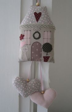 Fabric house with hanging hearts. Sewing Toys, Sewing Crafts, Sewing Projects, Fabric Toys, Fabric Houses, Home Crafts, Diy And Crafts, Fabric Hearts, Lavender Bags