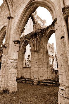 L'Abbaye de Jumièges est une des merveilles architecturales de Normandie. C'est aussi un plongeon dans l'histoire la plus ancienne de la région, les Vikings ont foulé ces terres !