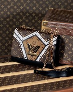 An editorial on Louis Vuitton handbags, purses and your favorite accessories. Get prices and shopping advice on Louis Vuitton designer bags and purses. Fall Handbags, Hermes Handbags, Louis Vuitton Handbags, Louis Vuitton Neverfull, Purses And Handbags, Leather Handbags, Louis Vuitton Monogram, Burberry Handbags, Louis Vuitton Twist