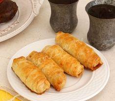 Annemin Unlu Çıtır Böreği tarifi /Malzemeler: 3 yufka 1 su bardağı sıvı yağ 4 yemek kaşığı un 1 yemek kaşığı sirke 1 yumurta sarısı (üzerine sürmek için) İç malzemesi: 1 büyük kase yıkanıp doğranmış ıspanak 1 kase rendelenmiş yağlı peynir (beyaz peynir de kullanabilirsiniz) Maydanoz Pul biber Karabiber