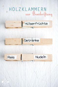 Inspirational Ordnungsideen f r den K chenschrank Organisation f r die K che Holzw scheklammern als Beschriftung relleomein