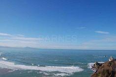 Sur la côte des basques, exposé sud, avec un balcon, un parking. tout proche du centre, et traversant, l'appartement offre une vue sur l'océan, les montagnes espagnoles au sud, et au nord sur Biarritz, jusqu'aux plages d'Anglet et du sud des Landes.
