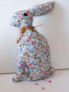 Doudou lapin en Liberty Betsy porcelaine : Jeux, peluches, doudous par ma-souris-rose-le-shop