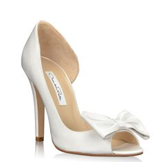 The Delilna bridal shoes by Oscar de la Renta are equistiedly handcrafter in Italy. These white designer wedding shoes are oh so lady like.