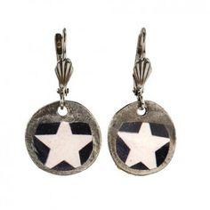 """Mit den verspielten Ohrhängern """"Star"""" vom französischen Label Rock around my neck zauberst du dir ein luftig-leichtes Accessoire mit dezentem Vintage-Touch an dein Ohr"""