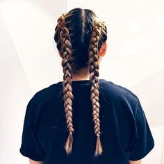 Braidy lady @sportsgirlpittst 💁 Give your locks a new look this weekend at the Sportsgirl Braid Bar, in our PItt St or Bourke St stores. For
