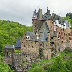 Beautiful Castles, Beautiful Buildings, Beautiful Places, Scotland Castles, Castle Ruins, Howls Moving Castle, House Landscape, Medieval, Kirchen