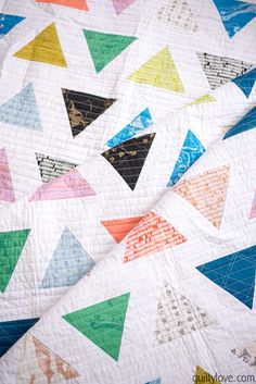 Introducing the TRIANGLE POP quilt pattern - Quilty Love. Modern triangle quilt using Carolyn Friedlander fabrics by Robert Kaufman. Quilting Tutorials, Quilting Projects, Quilting Designs, Quilting Stencils, Patchwork Designs, Quilting Ideas, Sewing Projects, Easy Quilts, Mini Quilts
