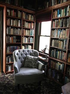 Cozy library with gray chair Home Library Rooms, Cozy Library, Home Library Design, Dream Library, Home Libraries, House Design, Design Design, Graphic Design, Home Interior