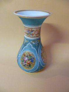 Vase en Opaline à décor De Fleurs Sur Fond Bleu, Ad Hoc Antiques, Proantic
