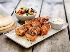 Brochette de saumon de Norvège et sa salade grecque