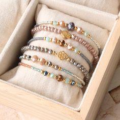 Kleurrijke armbandjes met facetkralen en gouden details