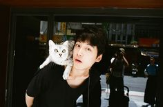 猫マニアな本誌編集長の、イチ推し。台湾の坂口ファンが連れてきてくれた子と! 背後に写り込んでいるフォトグラファー川島小鳥さんにも注目(笑)。 予約の段階ながらA