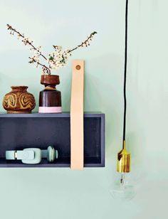 """Farver: G39 Pistacie (væg) ogB34 Blåbær (hylde). Begge farver er fra Dyrup. Artikel: """"Fra loppefund til lækkert guld"""" (Femina)."""