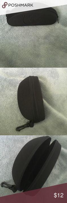 MAUI JIM SPORT Black Zip-Around Sunglass case MAUI JIM SPORT Black Zip-Around Sunglass case With Clip Maui Jim Accessories Sunglasses