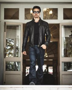 Tiger Shroff is the effortless star of this generation; most reliable actor for Producers! Bollywood Couples, Bollywood Stars, Bollywood Celebrities, Bollywood Actress, Poses For Men, Boy Poses, Tiger Shroff Body, Indian Male Model, Vijay Actor
