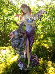 Ma fée au dragon. Je m'appelle Tyfène, et porte la référence 390342. mon Prix est de 49,00€ 22x18 cm    Pour visite chez Doucilia