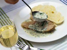 Kalbs-Tafelspitz mit Serviettenknödel und Dillsoße ist ein Rezept mit frischen Zutaten aus der Kategorie Kalb. Probieren Sie dieses und weitere Rezepte von EAT SMARTER!