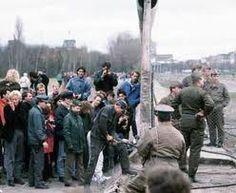 1989: derriban el muro de berlin y empieza a ceder la tension de bloques