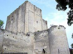 chateau de Loches Bâtie par Foulques Nerra au début du XIème siècle, le château de Loches et son donjon rectangulaire de 36 mètres de haut est une des plus imposantes places fortes d'Europe en ce début du bas moyen-âge.