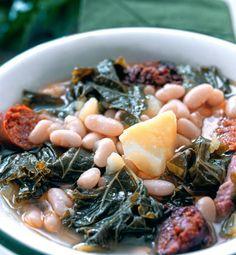 Aprovéchate de las recetas con coles, porque son ricas en fibra, vitaminas y minerales. La berza es muy rica y fácil de cocinar. Para limpiarla y facilitar su cocción, ponla a remojo en agua, sal y un chorrito de vinagre de sidra. Paella, Coles, Black Eyed Peas, Food, Arrows, Fiber, Savoy Cabbage, One Pot Dinners, Chickpeas