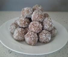 Recipe Coconut Cranberry Bliss Balls by learn to make this recipe easily in your kitchen machine and discover other Thermomix recipes in Desserts & sweets. Yummy Healthy Snacks, Paleo Treats, Delicious Vegan Recipes, Healthy Baking, Yummy Treats, Yummy Food, Sweet Treats, Sweets Recipes, Snack Recipes