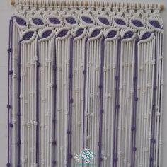 Cortina macramé modelo hojas hecha con cuerda de color blanco y combinada con color lila. La hacemos a medida para ti