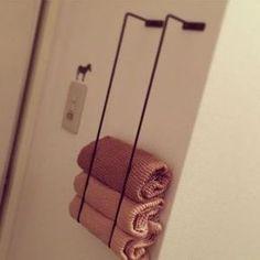 Accrochez 2 portes-serviettes verticalement pour ranger vos serviettes de bain