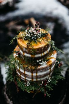 This alternative fall wedding inspiration features the snowy Vermont woods, tons of blankets, winter inspired florals, and cozy romance!