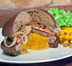 Receita de Lumberjack Burger - Ingredientes, 1 pão de hambúrguer australiano, mas pode ser o da sua preferência, 200 gramas de contra filet moído 2 vezes, 8...