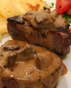 Lomo al champignon light con timbal de puré de calabaza Healthy Eating Tips, Healthy Nutrition, Vegetable Drinks, Beef Recipes, Drink Recipes, Tapas, Main Dishes, Pork, Food And Drink