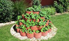 Výstavba jahodovej pyramídy - Vaše rady a tipy - Jak se to dělá. Landscaping Retaining Walls, Front Yard Landscaping, Amazing Gardens, Beautiful Gardens, Organic Container Gardening, Garden Stand, Plantar, Garden Structures, Garden Beds