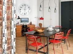 Salle a manger industrielle chaises rouges http://www.maison-deco.com/reportages/reportages-maisons/Un-beau-loft-new-yorkais-a-Paris
